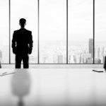 Businessman im Büro vor einem Fenster